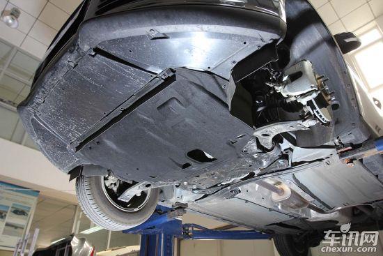 福特福克斯   蒙迪欧-致胜底盘防护较为全面,引擎舱底盘下方配有非金属防护板,并设计四块整流板减少高速行驶带来的风阻,从而起到降低油耗的作用。底盘管线设计在特定的防护罩内,但另外一边并没有配备,此处设计不知道是否厂家忘记了。底盘中央喷涂底盘装甲作为防腐材料,也起到减小石子敲打底盘的撞击声。隔热从芭蕉到排气末端用料充足。但排气管位置设计不太理想,排气管在后悬挂上方,并且中段与尾段连接在一起,维修替换工时较长。