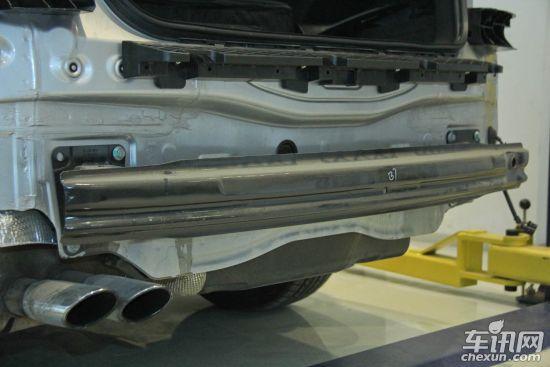整车防护之翼子板结构   凯美瑞得分:5分   迈腾得分:5分   每次我们都对翼子板结构的介绍一笔带过,主要原因是其作用所致。翼子板对于整车来说更像是一件装饰,使得外观更加好看。目前翼子板在材料的使用上分为两种,一种是传统的钢板材质,另一种是非金属新型材料。从碰撞安全的角度来看,较软的非金属材质对行人危害较小。金属翼子板而言,钢板越薄碰撞后褶皱行程越大,缓冲区就越多。