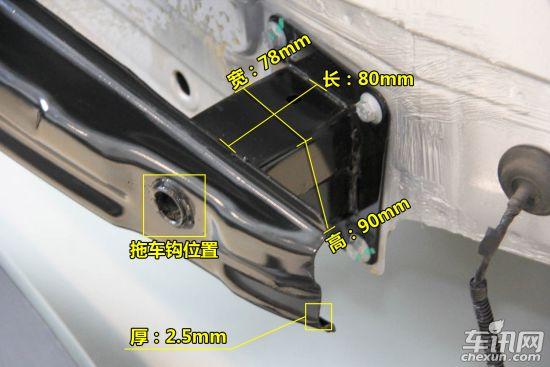 我们再来看看迈腾的后部防护结构是什么样的。   迈腾后防护结构和翼子板并无特殊说明之处,迈腾后保险杠结构由保险杠外皮和带吸能盒金属杠铁组成,后纵梁与保险杠铁之间有吸能盒,追尾碰撞时可增加馈缩行程。迈腾后保险杠结构我们并不陌生,无论是上海大众还是一汽-大众几乎都采用类似的结构设计,这也许是为了更好的降低研发成本和生产成本。