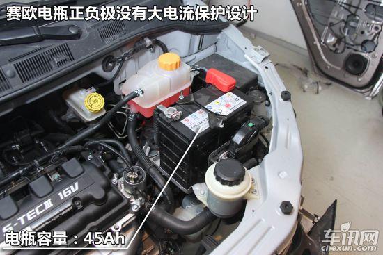 引擎盖隔热棉设计对比   发动机隔音/隔热棉既可以隔绝发动机的噪音,也可以阻隔发动机产生的热量传递到金属引擎盖。看似多余的设计在实际使用中起到的作用非同小可。安装发动机隔热棉后,在炎热的夏天可以避免发动机产生的热量烘烤发动机盖,冷水洗车后可以给漆面提供保护(温差小)。寒冷的冬天可以减缓发动机热量的散发,也会起到保温的作用。   北京汽车E系列发动机盖配备了大面积隔音/隔热棉,雪佛兰赛欧的发动机盖内没有配备隔音棉。在10万以内车型配备发动机隔音棉的车型并不多,其原因很简单,厂家更多的是考虑成本的因素,一