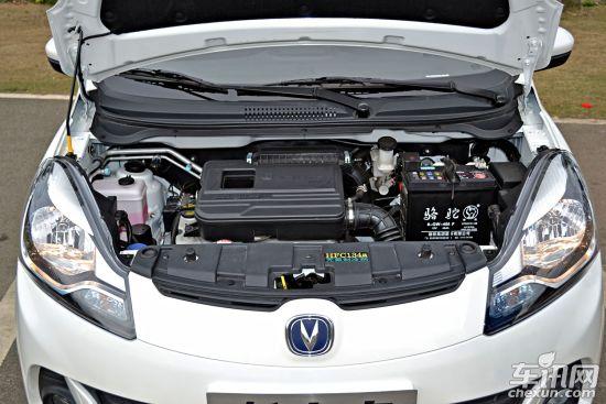奔奔mini采用前通风盘式后鼓式刹车,高配车型有正副驾驶安全气囊,不过