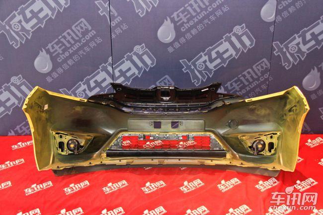 本田车型在防护方面有着自己的设计风格,就像我们之前拆解的艾力绅、雅阁车型,它们的前保险杠的结构设计与本期拆解的飞度几乎是完全相同的,但仅仅是结构上。防撞梁的厚度方面,飞度还是显得单薄了不少。这也主要是根据整车质量、强度进行考虑。如果整车重量比较轻的情况下,在碰撞过程中的受力也相对较小。前防护中,值得称赞的结构就是边梁位置,该结构与艾力绅设计风格是相同的,可以更好的应对25%极端碰撞情况。
