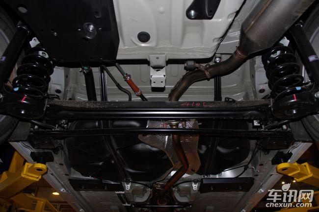 佳乐前副车架为元宝梁结构,发动机舱下方安装非金属护板,底盘中部采用6条纵梁设计(两侧边梁+两条贯穿式纵梁设计+两条隔热通道纵梁),对车辆碰撞后的力量传导有一定优势,底盘隔热采用分段设计,铝箔材料具有良好的散热效果,底盘刹车油路管线使用非金属护板保护,铁质油箱分布在底盘中后方。佳乐底盘喷涂较厚的防腐材料,喷涂面积以及厚度较为优秀。