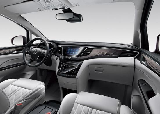 内饰方面,别克GL8 Avenir依靠特殊的内饰条纹设计来突显Avenir子品牌的与众不同,在包括中控面板、门板、座椅等细节之处均采用菱形纹理设计;车顶、遮阳板以及A/B/C柱上均采用了欧缔兰材质进行包裹;搭配18色可调的内饰氛围灯,使新车内部的气氛更加豪华。
