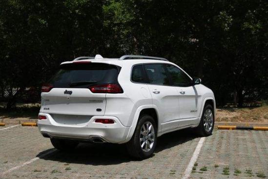 【广汽菲克jeep自由光最低报价 国产自由光怎么样】车尾的设计回归高清图片