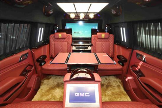 但GMC特工一号的舒适程度确不亚于豪华轿车,用料高级,配置丰